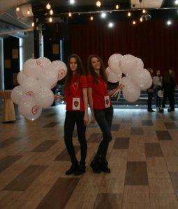 Фотографии девушек ЧОП «Патриот», раздающих шарики