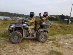 Фотография сотрудников ЧОП во время патрулирования поселка