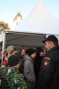 Фото сотрудника ЧОП, организующего очередь в шатер с кубком