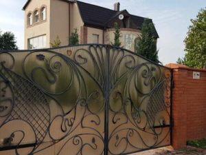 """Фото ворот с табличкой """"Дом под охраной"""""""