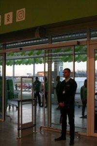 Фотография контроля за входом в торговый зал