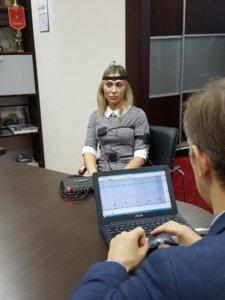 Снимок женщины во время теста на полиграфе